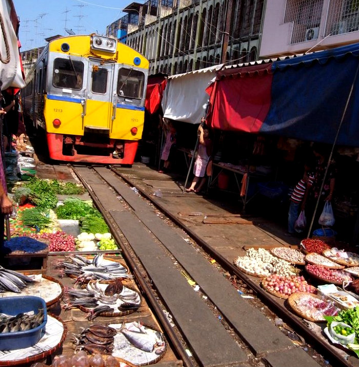 maeklong-train-market[6]