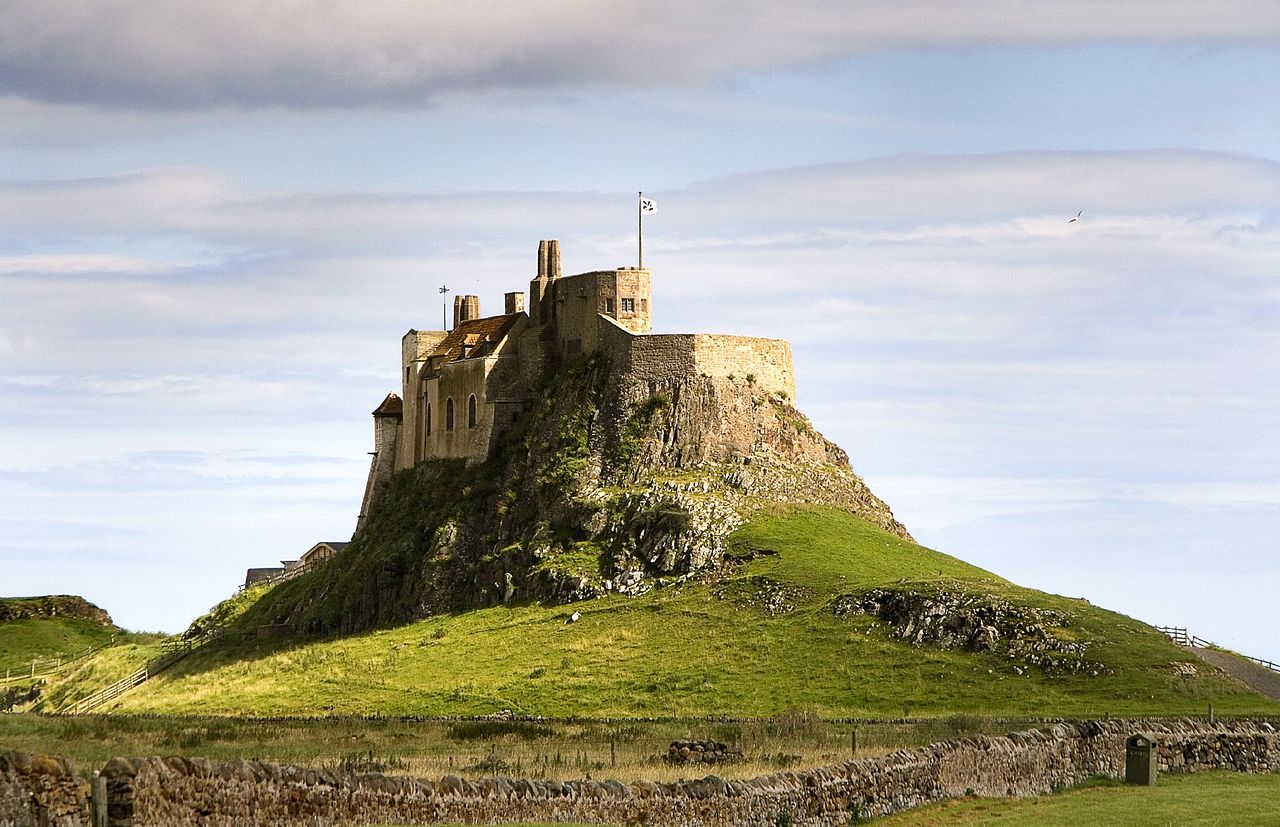 1280px-LindisfarneCastleHolyIsland