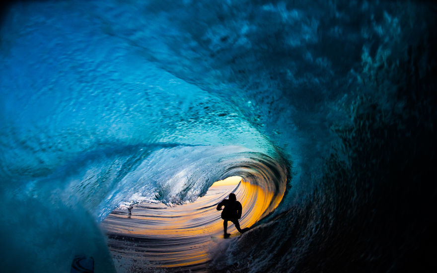 photographing-surfers-in-the-barrel-at-night-9__880