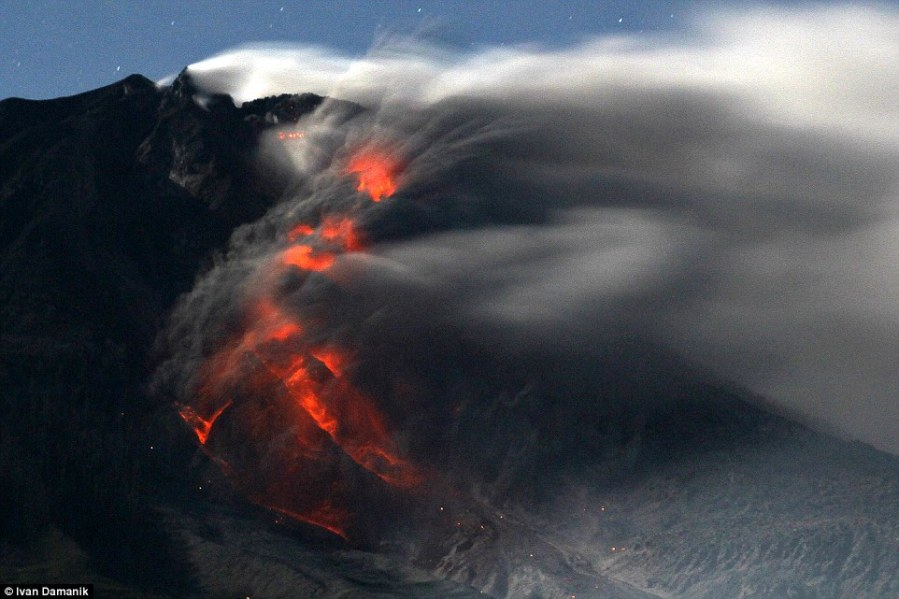 1412931667105_wps_15_Mount_Sinabung_volcano_wi